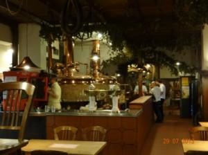 Das Restaurant im Ergeschoss des Hotels in Brünn mit eigener Brauerei. Die Braukessel sind im hinter der Theke sichtbar.