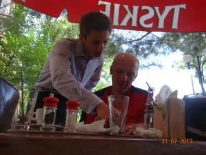 Dieser junge Kellner ist sehr nett und zuvorkommend. In seinem schattigen Biergarten 40 Kilometer vor Krakau lassen wir es uns schmecken.