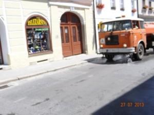 Eine gute Idee kaltes Wasser auf den Straßen von Trebon. Ich würde am liebsten den Tag hinter dem LKW herfahren