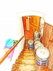 Unser Weg in Schlafzimmer ist von Bierfässern gepflastert