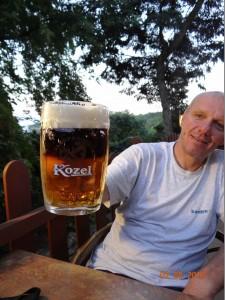 Es gibt keinen besseren Werbeträger für tschechisches KOZEL-Bier als meinen Freund Oldo, der zeigt, wie viel Kraft auch nach Tagen höchster Anstrengung noch in ihm steckt.