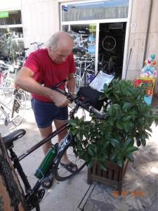 Mein Freund, der Fahrradmechaniker, hier bei der Arbeit.