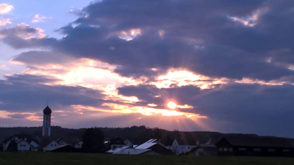 Rasante Fahrt von Mindelheim nach Erkheim, der untergehenden Sonne engegenkommend.