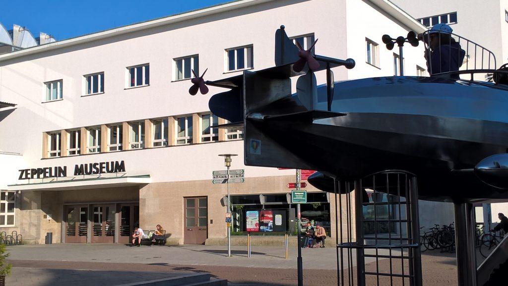 Das Zeppelinmuseum in Friedrichshafen am Bodensee. Vom Garten einer Pizzeria während dem Abendessen fotografiert.