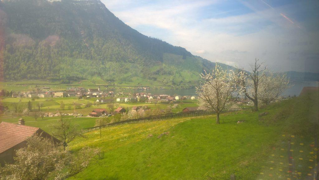 Der Blick aus dem Zugfenster. Das Wetter hält und hält......