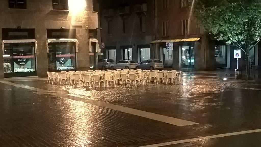 Nach dem Essen: Schnürlregen wie in Salzburg, Kälte, alle Italiener in Hab-Acht-Stellung in den Kneipen der Stadt. In der Hoffnung auf besseres Wetter morgen an IHREM Feiertag