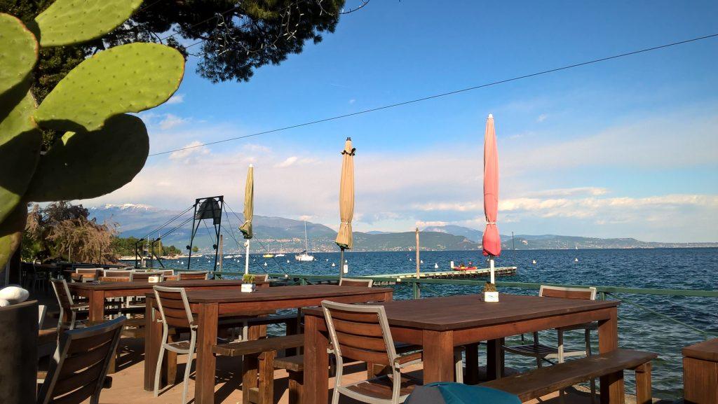 Der Blick vom Restaurant des Campingplatzes in San Felice auf den Gardasee.